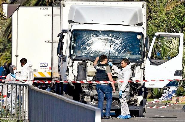 프랑스 과학범죄수사 전문가들이 15일 해변 휴양지 니스에서 발생한 대형 테러와 관련해 용의자가 몰던 트럭과 그 주변을 조사하고 있다. 니스AFP연합뉴스