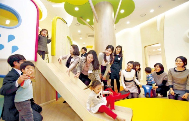 한화그룹은 임직원의 일·가정 양립을 지원하기 위해 전국 7개 지역에 그룹 공동 직장어린이집을 운영하고 있다.