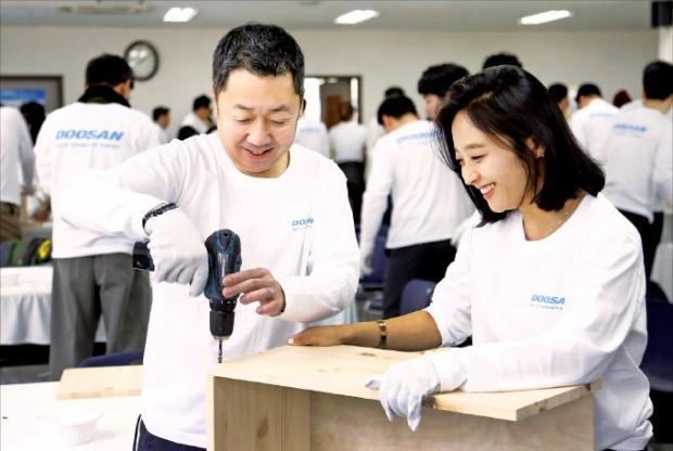 박정원 두산그룹 회장이 지난 4월15일 '두산인 봉사의 날' 행사를 맞아 서울 중구 명동 가톨릭회관에서 임직원 150여명과 함께 지역사회 저소득층 가정에 전달될 가구를 만들었다.