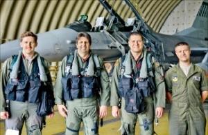 마크 리퍼트 주한 미국대사(왼쪽 두 번째)가 오산 미 공군기지에서 F-16 전투기에 탑승하기 전 조종사들과 환하게 웃고 있다. 미 공군 제공