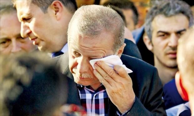 레제프 타이이프 에르도안 터키 대통령이 17일(현지시간) 이스탄불 파티흐 모스크(이슬람사원)에서 열린 쿠데타 희생자의 장례식에 참석해 눈물을 흘리고 있다. 이스탄불UPI연합뉴스