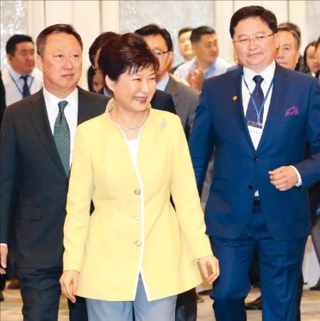 박근혜 대통령이 18일 울란바토르에서 열린 한·몽골 비즈니스포럼에 박용만 대한상의 회장(왼쪽), 바타르자브 몽골 상의 회장(오른쪽)과 함께 참석하고 있다. 연합뉴스