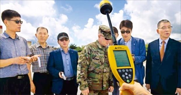 < 전자파 측정 > 한국 국방부 관계자와 기자단이 18일 미국령 괌의 앤더슨 공군기지에 배치된 사드(THAAD·고(高)고도 미사일방어체계) 기지에서 전자파를 측정하고 있다. 미 공군 제공