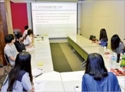 지난 15일 수원청년바람지대에서 열린 청년정책 발굴 회의. 수원시 제공