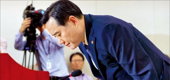 김현웅 법무장관이 18일 국회 법제사법위원회에서 진경준 검사장의 비리에 대해 고개 숙여 사과하고 있다. 연합뉴스