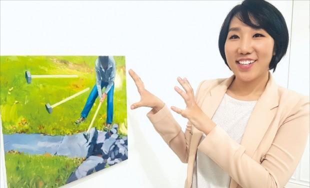 미술관 큐레이터 자격을 갖고 있는 김별다비 경감이 서울 종로구에 있는 갤러리 '공간291'에 전시된 미술 작품을 설명하고 있다. 고윤상 기자