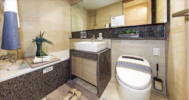 수도꼭지 등 욕실 제품을 독일제로 시공한 서울 일원동 '래미안 루체하임' 욕실.