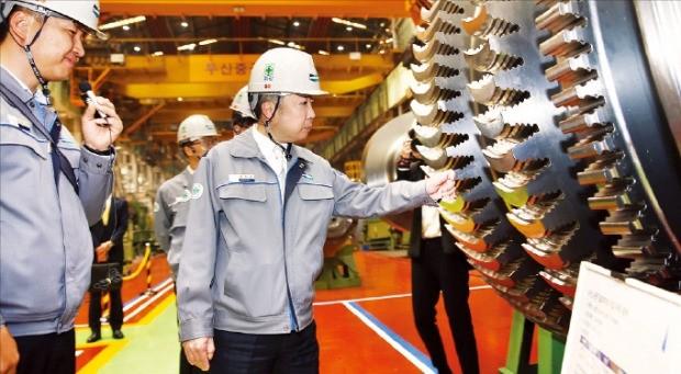 지난 4월 경남 창원시에 있는 두산중공업 터빈공장을 방문해 현장을 살펴보고 있는 박정원 두산그룹 회장(가운데). 두산 제공