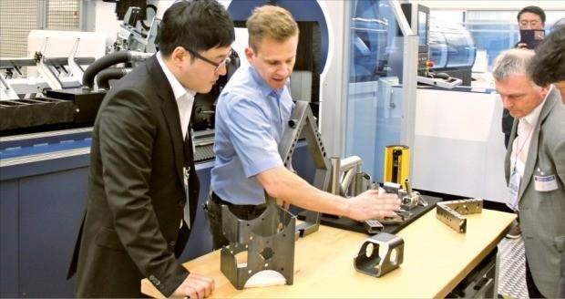 독일의 레이저가공기업체 트럼프의 직원(가운데)이 스마트 기능이 들어 있는 신제품을 설명하고 있다. 디칭겐(독일)=김낙훈 기자