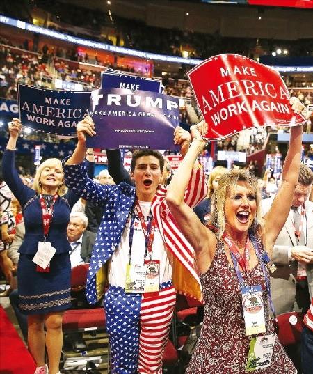 전당대회장에 모인 트럼프 지지자들이 '미국을 다시 작동하게 하자'는 피켓을 들고 환호하고 있다. 클리블랜드EPA연합뉴스