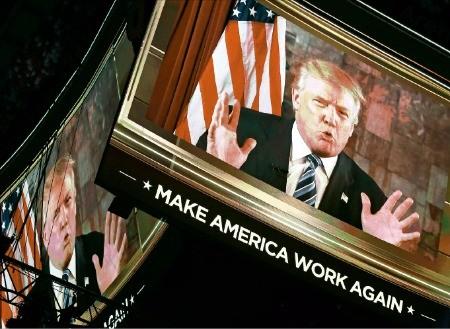 미국 공화당 대선 후보로 공식 지명된 도널드 트럼프가 19일(현지시간) 오하이오주 클리블랜드 퀴큰론스아레나에서 열린 전당대회 둘째날 행사에서 대형 모니터를 통해 연설하고 있다. 클리블랜드EPA연합뉴스