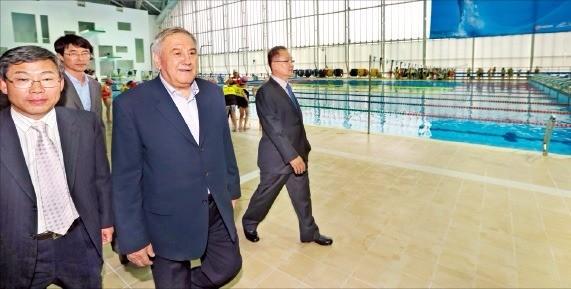 코넬 마르쿨레스쿠 국제수영연맹 사무총장(왼쪽 두 번째)이 지난 5월 광주 남부대학에 마련된 수영시설을 둘러보고 있다. 연합뉴스