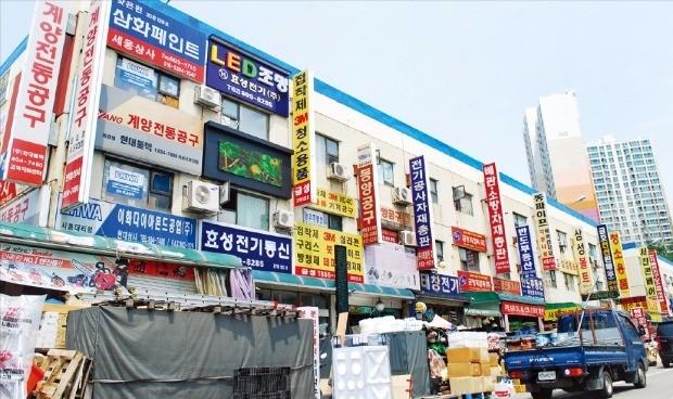 서울 시흥동 시흥산업용재 유통센터 단지. 1987년 건립된 이곳엔 건축자재, 전동공구 등을 판매하는 3700여개 점포가 밀집해 있다. 홍선표 기자