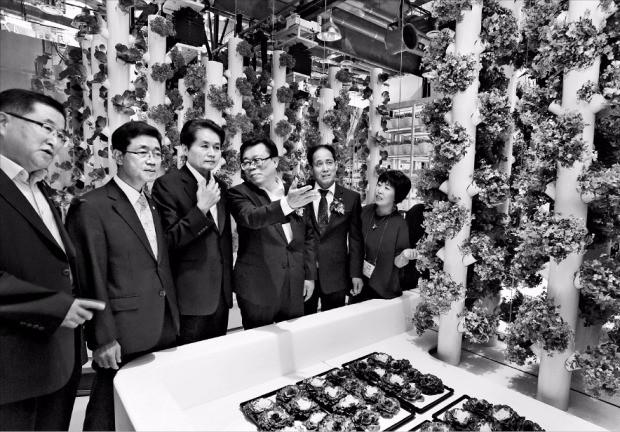 이동필 농림축산식품부 장관(왼쪽 네 번째)과 김병원 농협중앙회장(세 번째) 등이 20일 경기 안성에서 열린 '농협창조농업지원센터' 개소식에 참석한 뒤 센터 내에 마련된 스마트팜 체험관을 둘러보고 있다. 신경훈 기자 khshin@hankyung.com