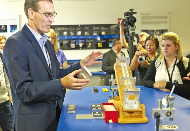 코닝 직원이 20일(현지시간) 미국 실리콘밸리에서 5세대 고릴라글라스가 얼마나 단단한지 실험해 보여주고 있다.