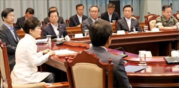 박근혜 대통령이 21일 청와대에서 탄도미사일 발사 등 최근 북한의 도발 위협과 관련해 안보상황 점검을 위한 국가안전보장회의(NSC)를 주재하고 있다. 청와대 제공