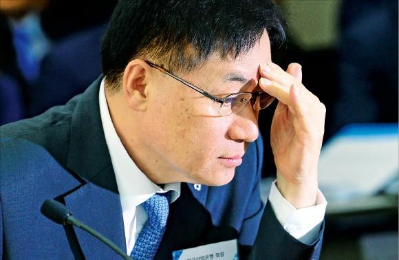 지난해 9월 국회 국정감사에 출석한 홍기택 당시 산업은행 회장. 정부 '낙하산'으로 아시아인프라투자은행(AIIB) 부총재로 선임된 후 6개월도 안돼 휴직계를 냈다. 한경DB