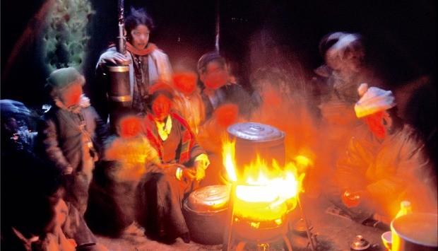 유목민의 천막 속 난로에 모여든 사람들