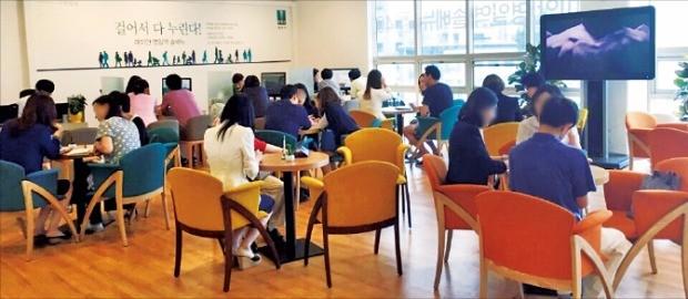예비 청약자들이 서울 강동구 '래미안 명일역 솔베뉴'의 웰컴라운지에서 분양 상담을 하고 있다.