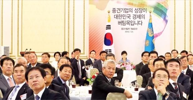 박근혜 대통령이 22일 청와대 영빈관에서 열린 중견기업인 격려 오찬에서 참석자들과 함께 '중견기업이 희망이다'는 내용의 영상물을 보고 있다. 연합뉴스