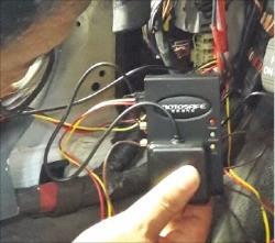 차량용 위치추적기 판매업체 관계자가 승용차 운전석 근처에 위치추적기를 장착하고 있다. 코리아정보통신 제공