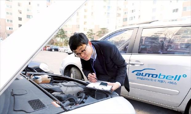 현대글로비스 오토벨의 중고차 매입 컨설턴트가 매물로 나온 차량의 상태를 점검하고 있다. 현대글로비스제공