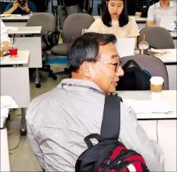 이정현 새누리당 의원이 24일 여의도 당사에서 배낭을 멘 채 간담회를 하고 있다. 연합뉴스
