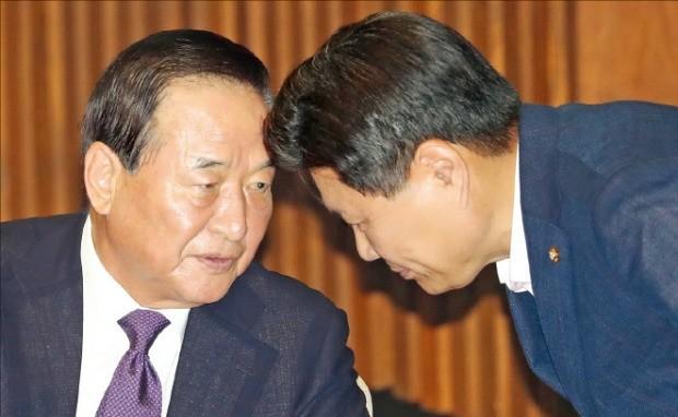 새누리당 서청원 의원(왼쪽)과 홍문종 의원이 지난 20일 국회 본회의장에서 얘기하고 있다. 연합뉴스