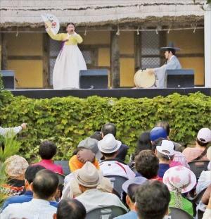 안숙선 명창이 지난달 17일 전북 남원시 비전마을에 있는 송흥록 명창 생가에서 판소리 '흥보가'를 열창하고 있다. 한국예술종합학교 제공
