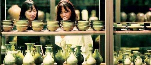 국립중앙박물관 관계자들이 26일 개막하는 '신안해저선에서 찾아낸 것들' 특별전 전시품들을 살펴보고 있다. 신경훈 기자 khshin@hankyung.com