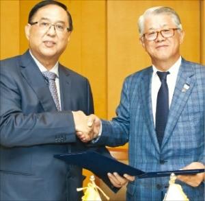 최신원 SK네트웍스 회장(오른쪽)과 칫 카인 에덴그룹 회장이 25일 전략적 업무제휴를 맺은 뒤 악수하고 있다. SK네트웍스 제공