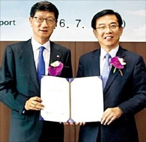 박근태 CJ대한통운 대표(왼쪽)와 정일영 인천국제공항공사 사장이 25일 CJ대한통운 특송센터 건설을 위한 협약을 체결했다. CJ대한통운 제공