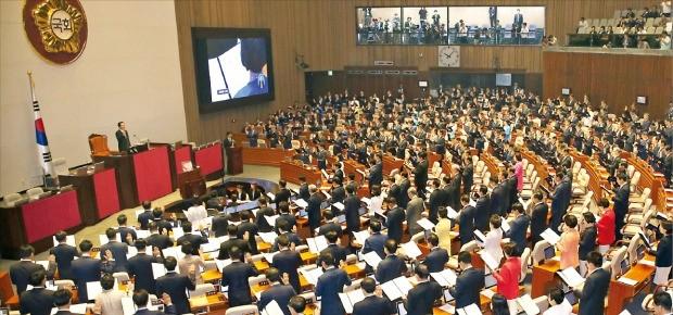 20대 국회가 개원한 지 두 달도 안 돼 발의된 법안이 1000건을 넘어 '입법 폭주' 논란을 빚고 있다. 지난 6월13일 20대 국회 개원식에서 의원들이 선서하고 있다. 한경DB