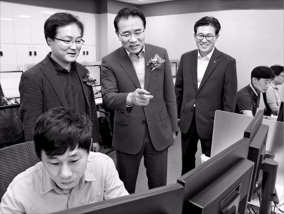 조용병 신한은행장(가운데)이 26일 서울 강남구 도곡중앙지점 1층에 마련된 스마트워킹 강남센터 개소식에 참석한 뒤 센터 현장을 점검하고 있다. 신한은행 제공
