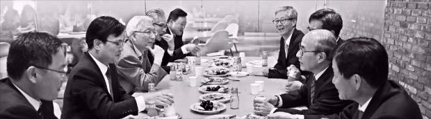 서울 테헤란로 섬유센터빌딩 내에 있는 법무법인 율촌 카페 '여율'에서 변호사들이 토론하고 있다. 율촌 제공