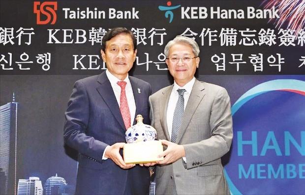 김정태 하나금융그룹 회장(왼쪽)은 지난 4일 대만 타이베이 타이신금융그룹 본사에서 우둥량 타이신금융 회장과 멤버십 포인트 교환 등을 위한 업무협약을 맺었다. 하나금융 제공
