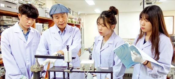 한국폴리텍대 안성캠퍼스 나노측정과 최부희 학과장(왼쪽 두 번째)이 안진현(왼쪽부터), 소정, 유정 3남매에게 측정기기 사용법에 대해 가르치고 있다. 한국폴리텍대 제공