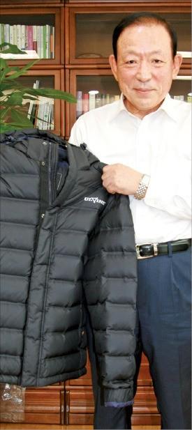박용철 호전실업 회장이 제조가 까다로운 팀복과 아웃도어 의류 제조 노하우를 설명하고 있다. 안재광 기자