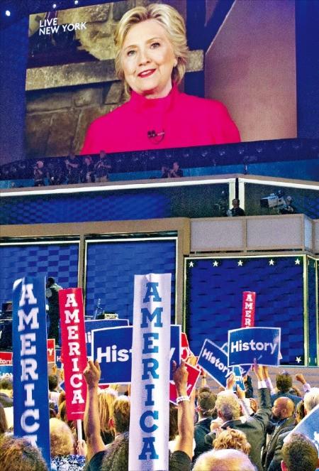미국 민주당 대통령선거 후보로 26일(현지시간) 공식 지명된 힐러리 클린턴이 위성 중계를 통해 펜실베이니아주 필라델피아 전당대회장에 모인 지지자들에게 고마움을 표하고 있다. 주요 정당이 여성을 대통령 후보로 내세운 것은 240년 미국 역사상 처음이다. 필라델피아AP연합뉴스