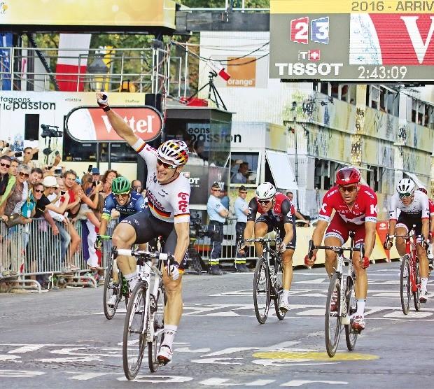 독일의 안드레 그라이펠(왼쪽)이 가장 먼저 결승선을 통과하며 손을 들어보이고 있다. 파리UPI연합뉴스