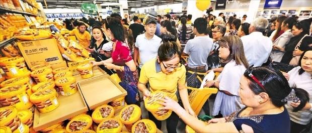 이마트 몽골 1호점이 정식 개장한 28일 몽골 소비자들이 이마트 자체상표(PB)인 '노브랜드' 과자를 고르고 있다. 이마트 제공