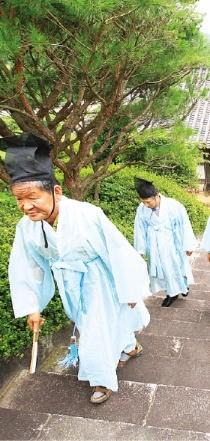 '선비의 하루' 체험객이 월봉서원을 오르는 모습.