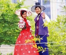 케이스타일허브 앞 청계천에서 한복을 입은 관광객들.