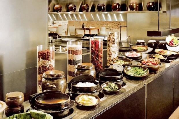 콘래드 서울의 레스토랑 '제스트'에서 세계 각국의 보양식을 선보인다.