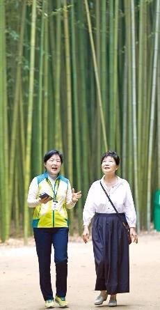 지난달 28일 울산 태화강 십리대숲을 방문한 박근혜 대통령이 문화관광해설사와 함께 걷고 있다. 연합뉴스