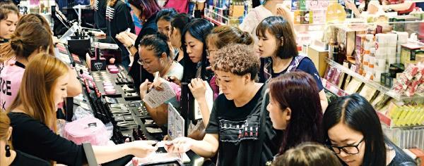 국내 면세점에서 씀씀이를 줄이던 외국인들이 다시 지갑을 열고 있다. 29일 한국면세점협회에 따르면 올 상반기 외국인 관광객의 1인당 면세점 구매액은 345달러로 전년 동기 대비 8달러 증가했다. 이날 서울 소공동 롯데면세점 본점에서 관광객들이 쇼핑을 하고 있다. 신경훈 기자 khshin@hankyung.com
