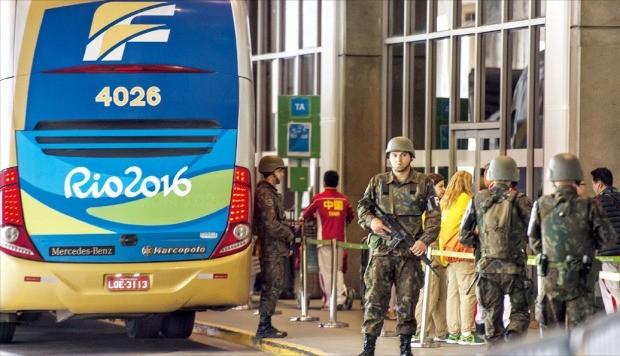 브라질 군인들이 지난 28일 총을 들고 리우데자네이루 갈레앙국제공항 앞에서 경계를 서고 있다. 브라질은 리우올림픽 기간에 테러 발생을 막는 등 치안을 위해 2012년 영국 런던올림픽 때보다 두 배 이상 많은 8만8000명의 군병력을 투입했다. 리우데자네이루신화 연합뉴스