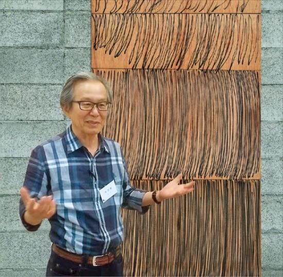 한국 행위미술 1세대 작가 이건용 화백이 오는 30일 갤러리현대에서 개막하는 개인전에 출품할 1979년작 추상 설치미술 '신체드로잉'을 설명하고 있다.