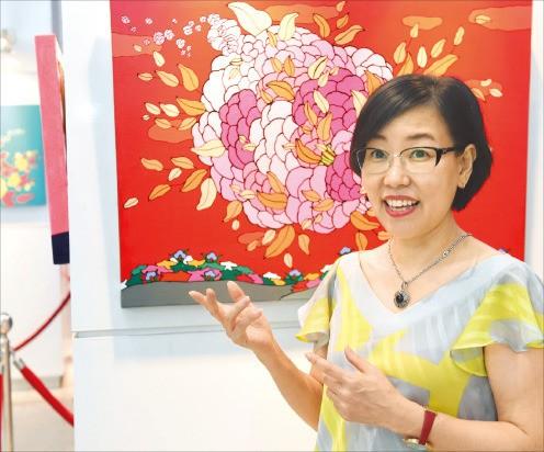서양화가 엄옥경 씨가 한경갤러리에 전시된 자신의 작품에 대해 설명하고 있다. 신경훈 기자 khshin@hankyung.com