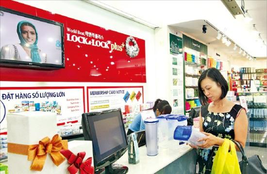 베트남 호찌민에 있는 락앤락 매장에서 한 소비자가 제품을 살펴보고 있다. 락앤락 제공